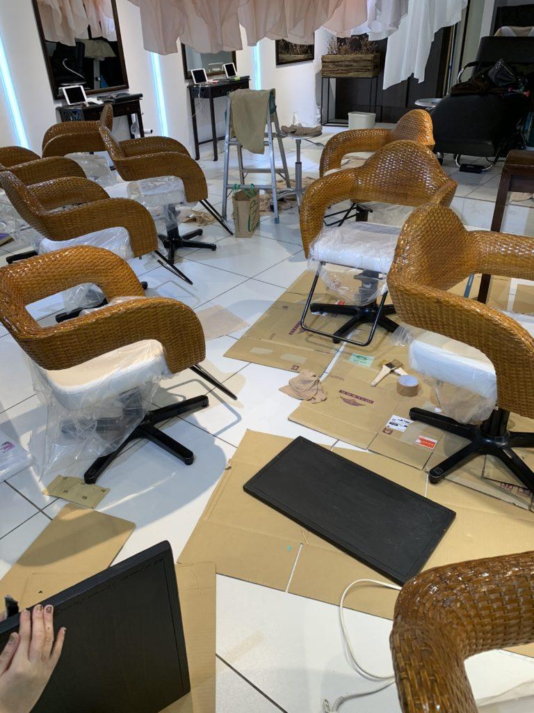 椅子のニス塗り